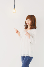 若い日本人女性と電球