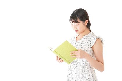 読書をする若い女性