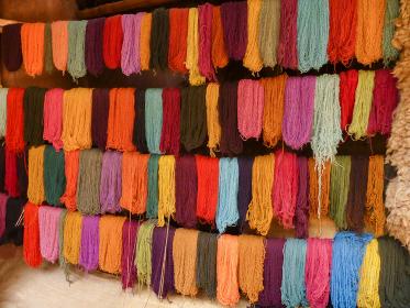 アルパカの毛刈り後に草木染めなどでカラフルに染色した天然繊維の上質な毛糸