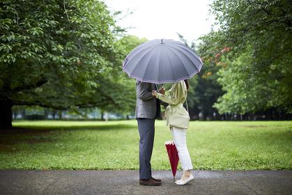 キスする日本人カップル
