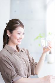 水を飲む若い女性(飲料水のイメージ)