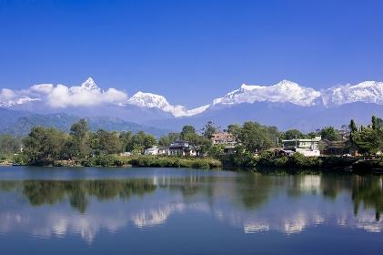 ネパール フェワ湖に映るヒマラヤ連峰