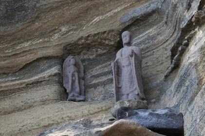 崖に置かれた石仏