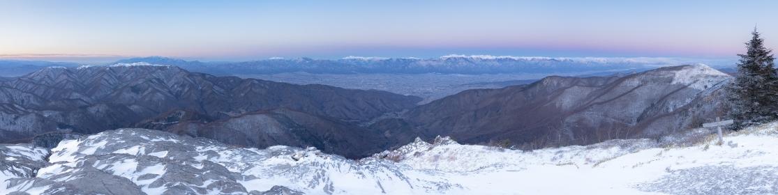 長野県・冬の美ヶ原高原の夜明け パノラマ