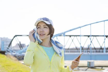 運動中に音楽を聞く女性