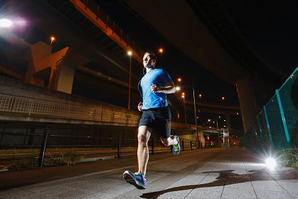 ジョギングする外国人男性