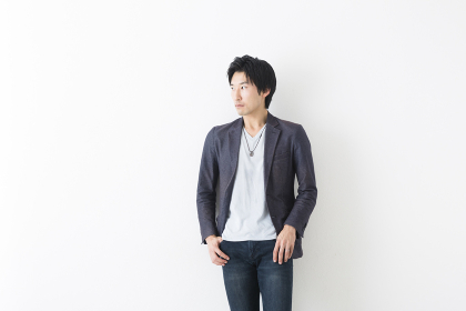 カジュアルな服装の男性