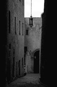 ナポリの古代建物のモノクロ写真