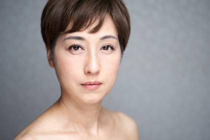 真面目な表情でカメラ目線の中年の日本人女性