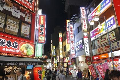 夜の西新宿中央通り