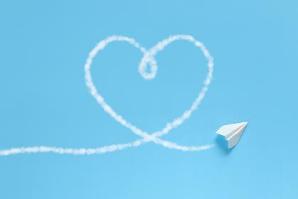 飛行機雲でハートを描く紙飛行機 4 1機