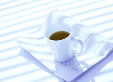 コーヒーカップと新聞