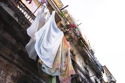 キューバ・ハバナの町並み(壁面に干される衣服)