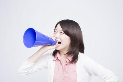 メガホンを持って叫ぶ女性