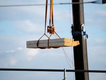 住宅を建設するクレーン作業 一戸建て 木造 吊り上げる