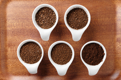 5段階に挽かれたコーヒー豆