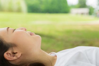眠る女性の横顔