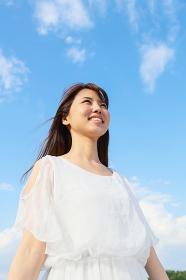 笑顔の若い日本人女性