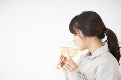 作業服を着てグラスを持つ女性のブレンダー