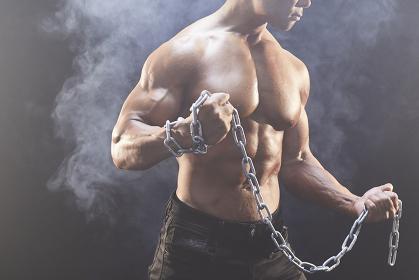 鎖を持つボディビルダー