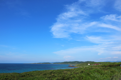 夏の角島から見る青い海と雲