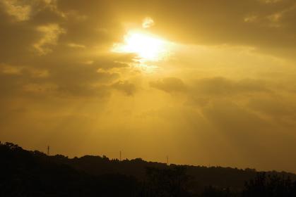 太陽の光と薄明光線