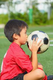 サッカーボールを持つ少年