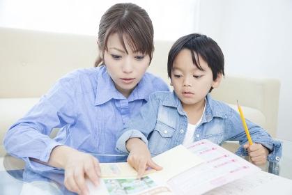 勉強する母子