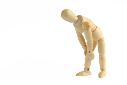 膝が痛いポーズをした横向きの木製のモデル人形