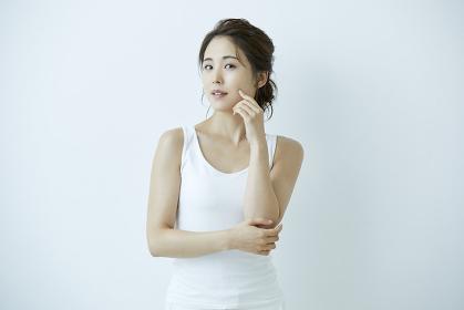 頬を指で触る日本人女性