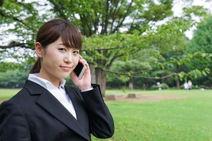 電話をするスーツ姿の若い女性