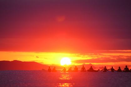 初日の出を祝うサーファー