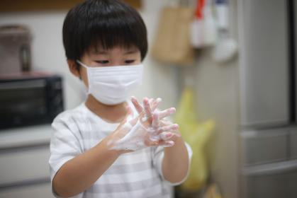 手洗いする男の子