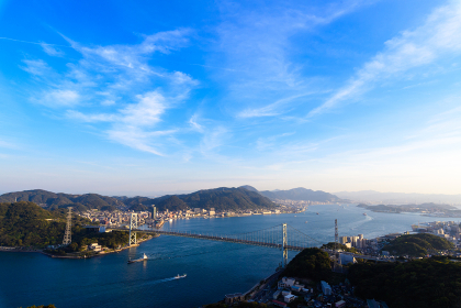 青空と海と街並みが綺麗な関門海峡