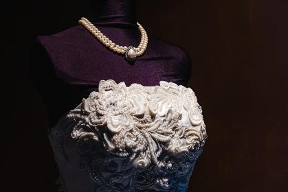 ウェディングドレスとネックレス マネキン 黒背景