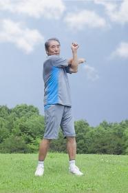 体操をするシニアの男性