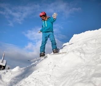スノーボードをする子供