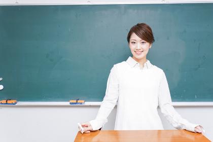 授業をする女性教師