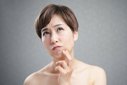 肌荒れで悩む中年の日本人女性