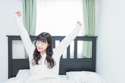 朝目覚める若い女性
