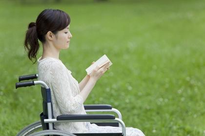 読書をする20代女性
