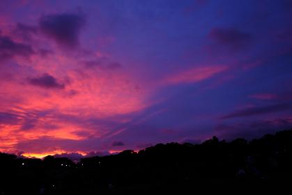 赤紫に光る空の色