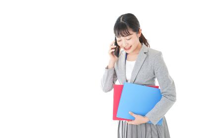 通話をするスーツを着たビジネスウーマン