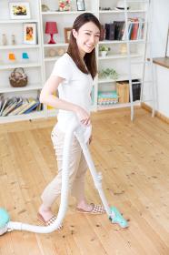 掃除をする女性 掃除機