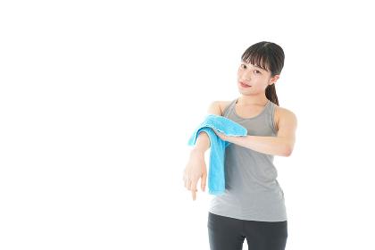 タオルで汗を拭く女性