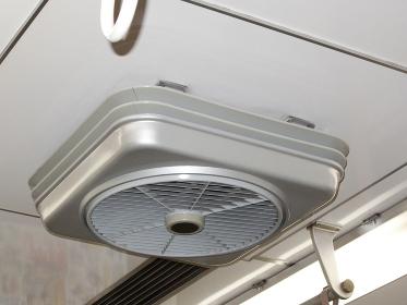 節電のために復活した通勤電車内の天井扇風機