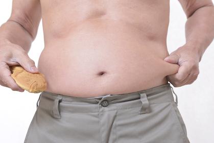 タイ焼きを食べる肥満体のシニア
