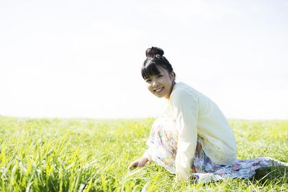 草原で佇む女性