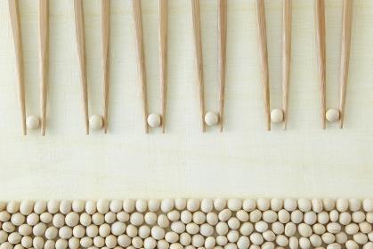 大豆を挟む6膳の箸と大豆