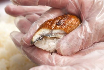 調理手袋で握る寿司